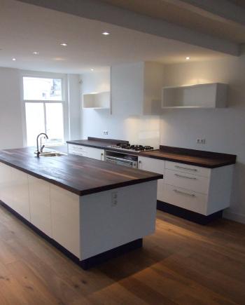 Zwarte keuken houten blad